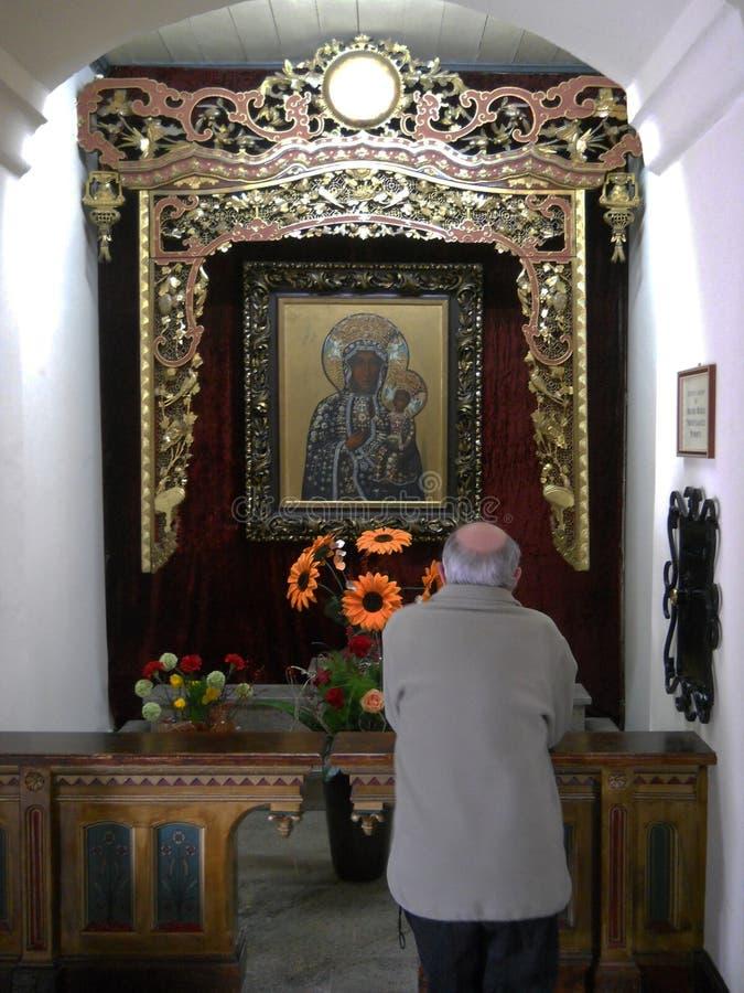 Kircheninnenraum, Altar der Heiligen Maria mit Gebet lizenzfreies stockbild