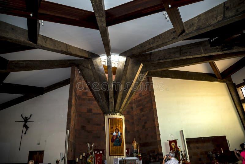 Kircheninnenraum am Dorf von Camacha in den Bergen über Funchal ist eine Mitte der spinnenden Weide lizenzfreies stockfoto