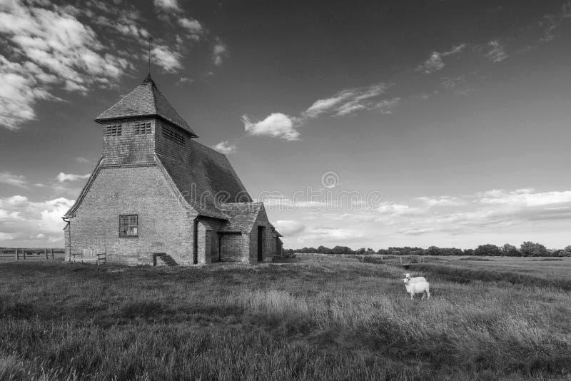 Kirchenlandschaft St. Thomas Becket in Fairfield auf Romney Mar stockfotos