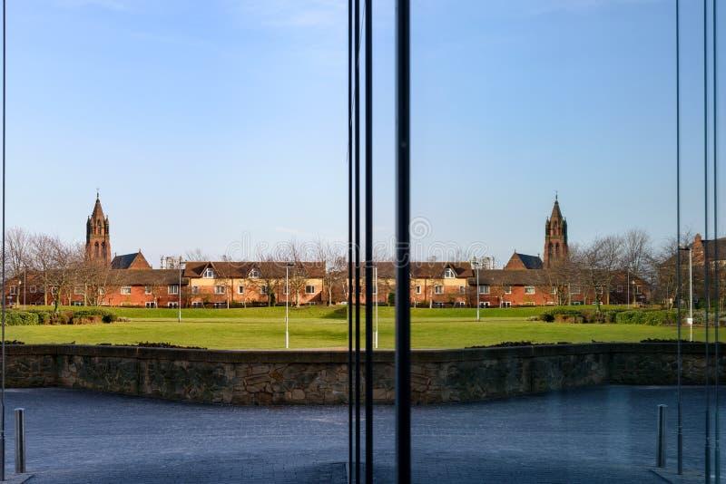 Kirchenreflexion im Gebäude lizenzfreie stockfotografie