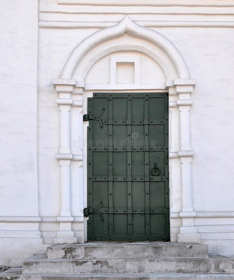 Kirchenseitentür, Moskau, Russland lizenzfreie stockfotografie