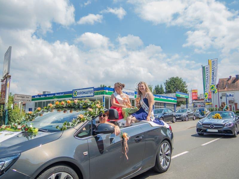 Kirchheimbolanden, Rheinland-Pfalz, Germany-06 23 2019: Feiertagsparade auf Straßen der deutschen Stadt während der Bier-Festival stockfotografie