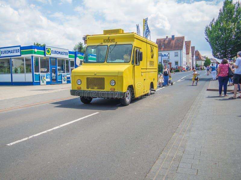 Kirchheimbolanden, Rheinland-Pfalz, Germany-06 23 2019: Parada do feriado em ruas da cidade alemão durante a semana do festival d fotografia de stock