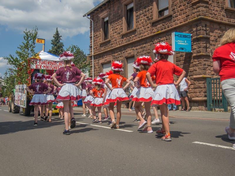 Kirchheimbolanden, Rijnland-Pfalz, Duitsland-06 23 2019: Vakantieparade op straten van Duitse stad tijdens de week van het Bierfe stock afbeeldingen