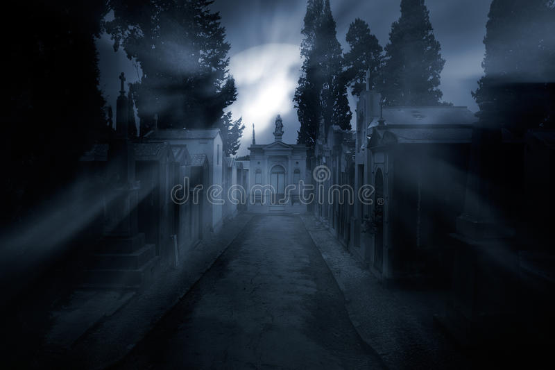 Kirchhof in einer nebeligen Vollmondnacht lizenzfreies stockbild