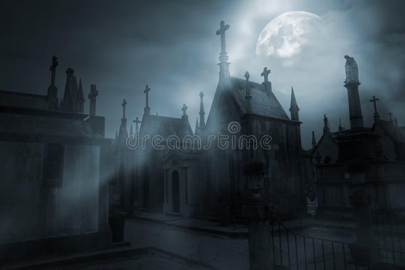 Kirchhof in einer nebeligen Vollmondnacht stockfoto