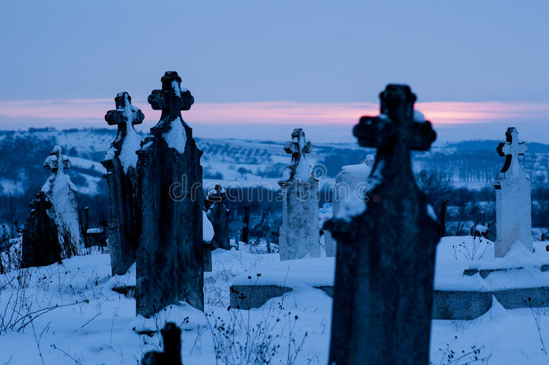 Kirchhof, Friedhof mit Finanzanzeigen-Winter an der Dämmerung stockfotografie