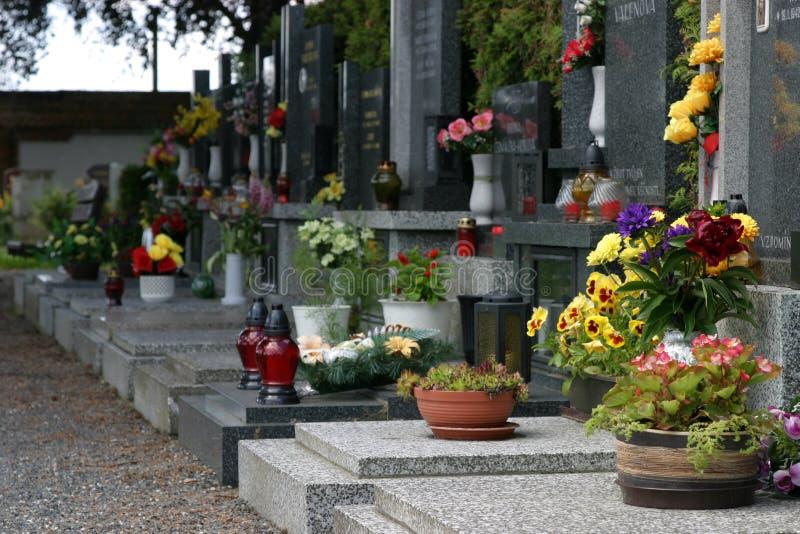 Kirchhof mit Blumen stockbilder