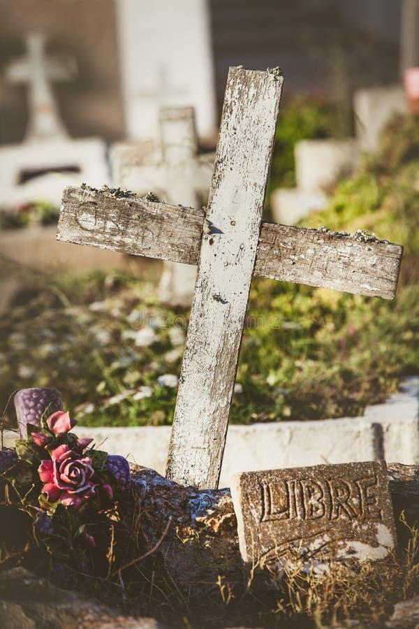 Kirchhof mit Gräbern und Kreuzen Freies Schreiben auf französisch stockfotografie
