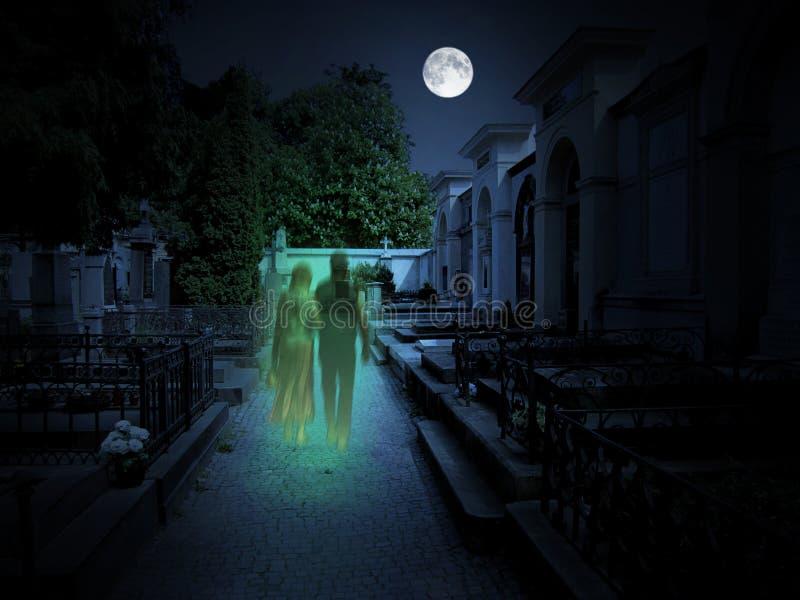 Kirchhof mit zwei Geistern im Mondschein stockfotografie