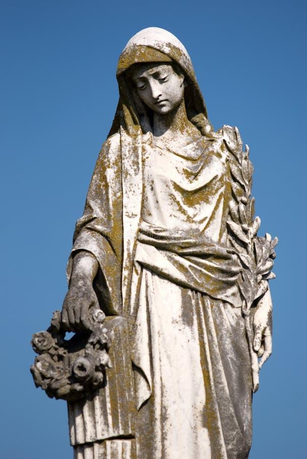 Kirchhof-Statue der traurigen Frau stockfotografie