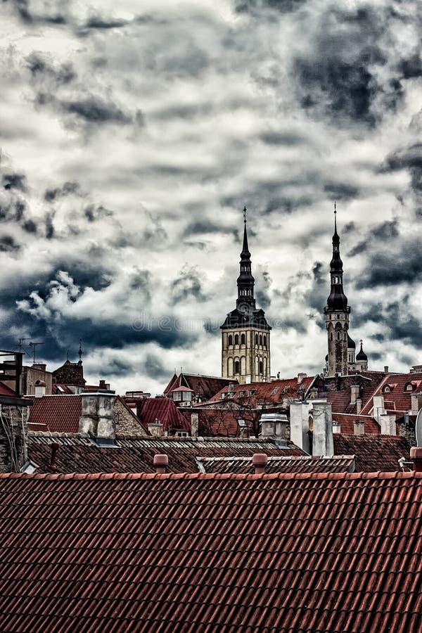 Kirchtürme hinter den Dachspitzen stockbilder