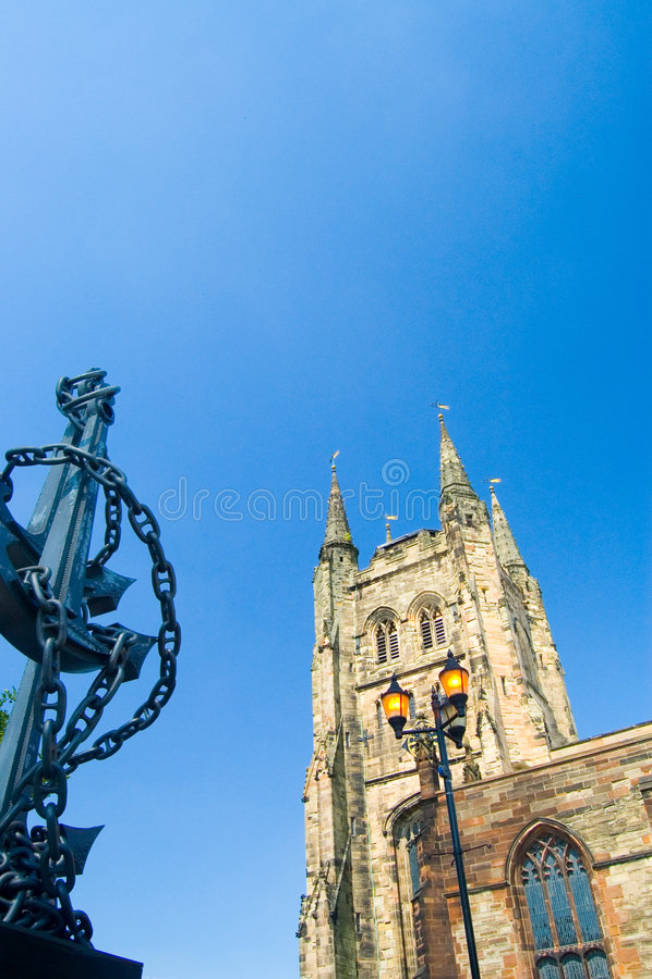 Kirchturm, Anker und blauer Himmel stockfotografie