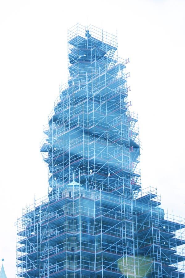 Kirchturm im Baugerüst stockbilder