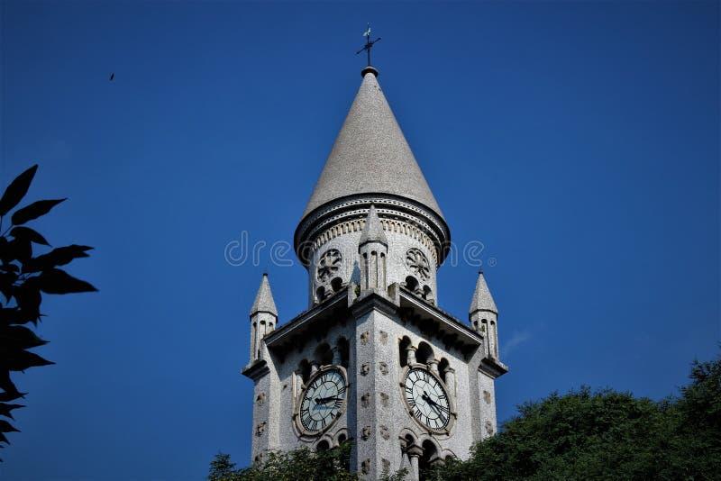 Kirchturm und seine Uhr stockbild