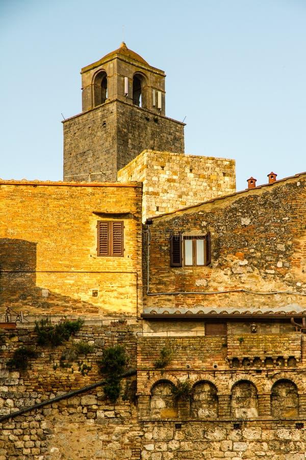 Kirchturm während Sonnenuntergang-Sans Gimignano, Italien stockbilder