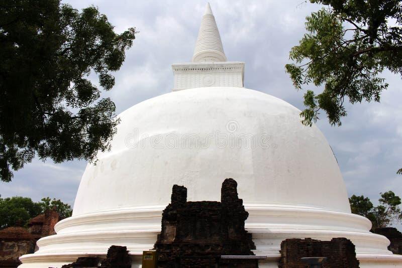 Kiri Vehera,在许多外面的一大stupa在波隆纳鲁沃Ancien附近 库存图片