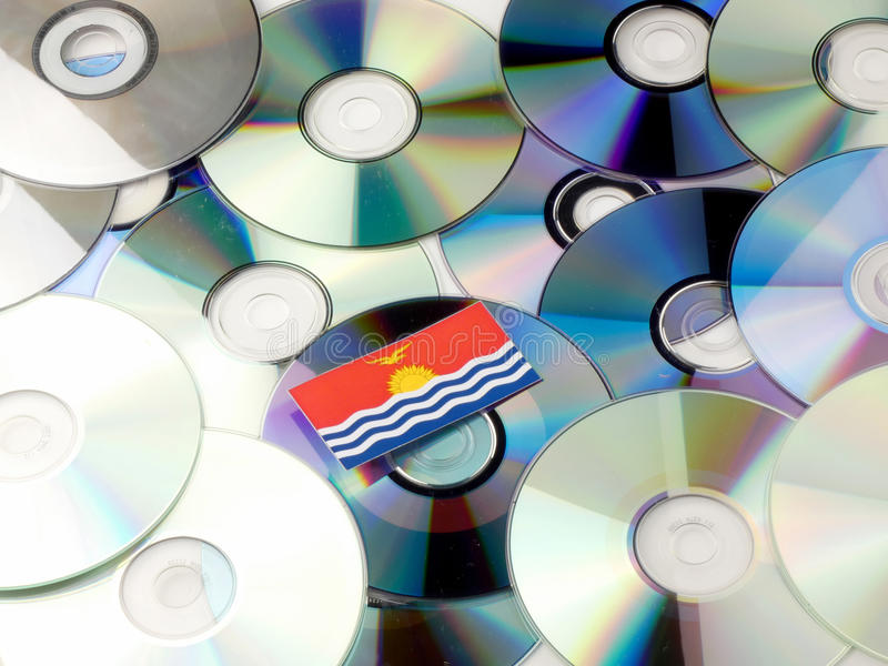 Kiribati flaga na górze cd i DVD wypiętrzamy na bielu fotografia stock