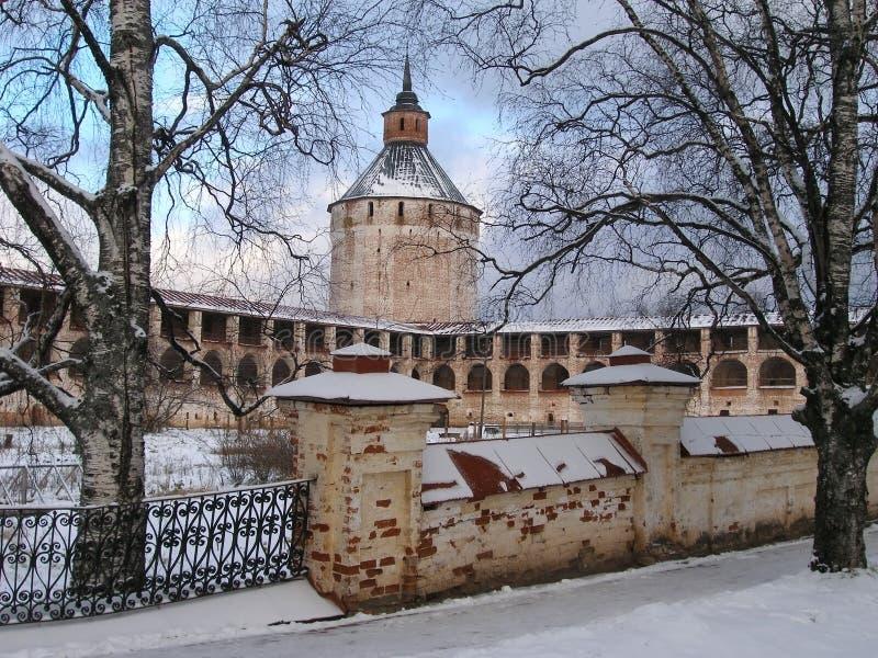 Kirillo-Belozerskykloster im Winter, in Turm Moskaus Ferapontov und in der Festungswand, Russland lizenzfreie stockfotografie