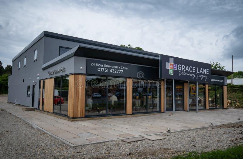 Kirkbymoorside, Angleterre - juin 2019 : Nouveaux lieux pour Grace Lane Vets photos libres de droits