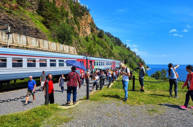 KIRKIREY IRKUTSK REGION, RYSSLAND - Juli, 29,2016: Turister från olika länder som besöker sikt av denBaikal järnvägen arkivfoto