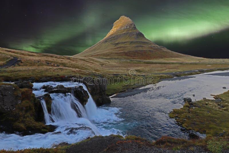 Kirkjufall, uma montanha popular da Islândia com luzes aurora foto de stock