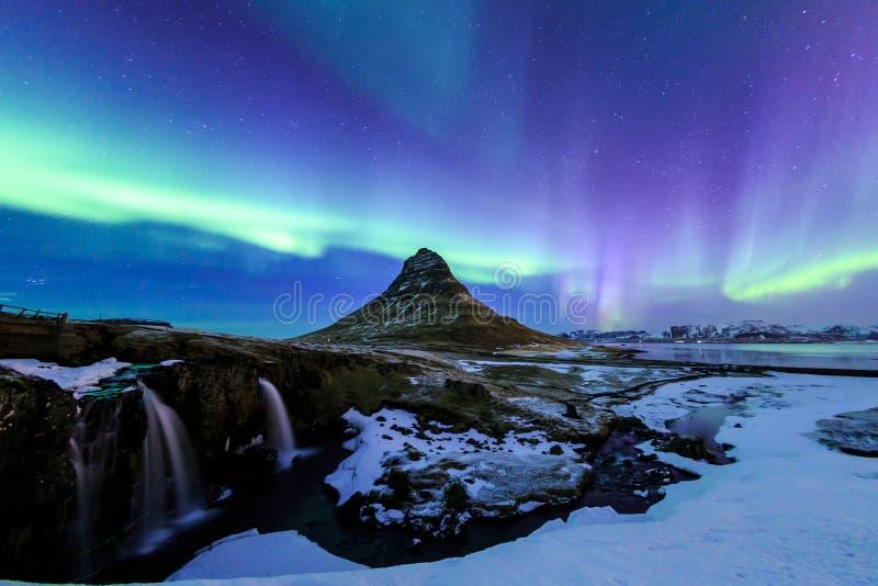 Kirkjufell和极光在冰岛 库存照片