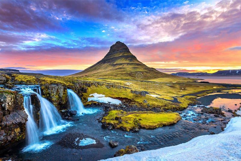 Kirkjufell на восходе солнца в Исландии Красивейший ландшафт стоковая фотография rf