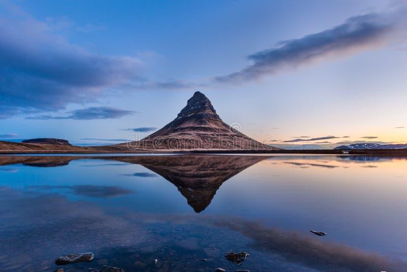 Kirkjufell e riflessione nella bella alba, Islanda immagine stock