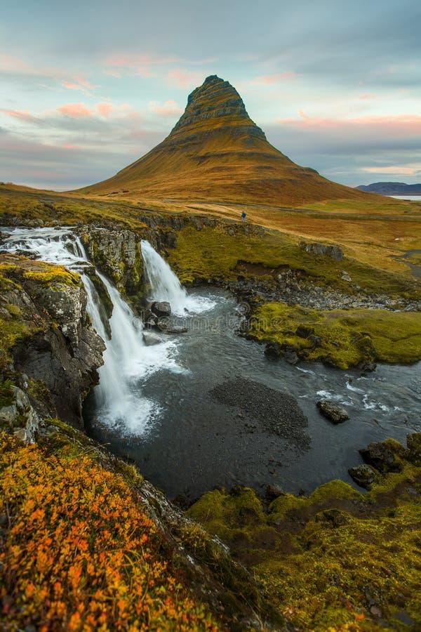Kirkjufell med vattenfall royaltyfri fotografi
