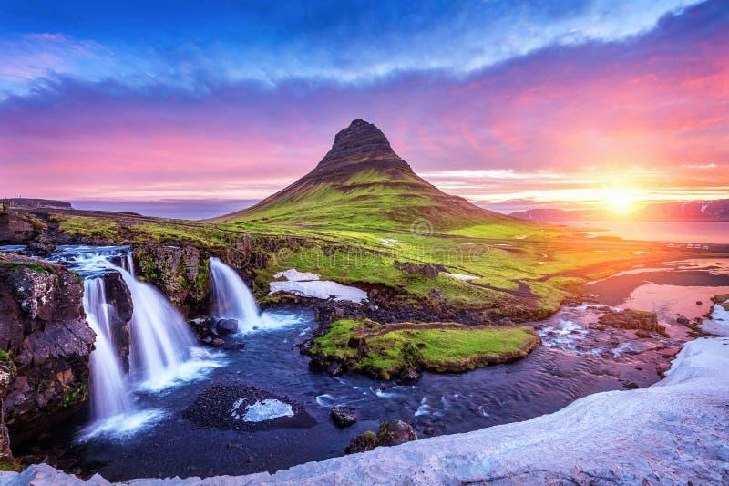 Kirkjufell på soluppgång i Island härlig liggandesoluppgång royaltyfria foton
