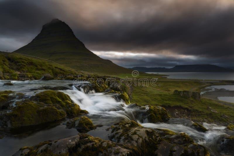 Kirkjufell vulkan kusten av den Snaefellsnes halvön Pittoresk och ursnygg plats  royaltyfri bild