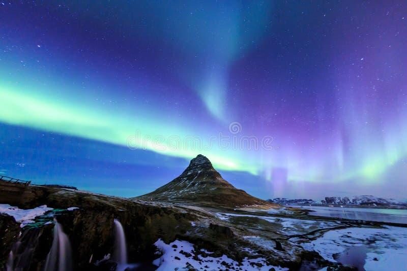 Kirkjufell y aurora en Islandia imagen de archivo libre de regalías