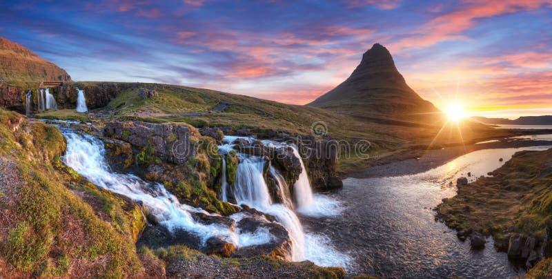 Kirkjufellberg met watervallen, IJsland stock fotografie