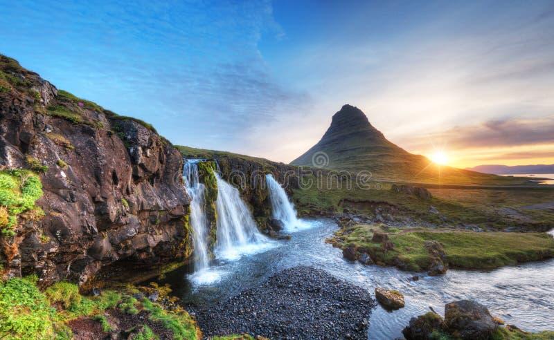 Kirkjufellberg met watervallen, IJsland royalty-vrije stock fotografie