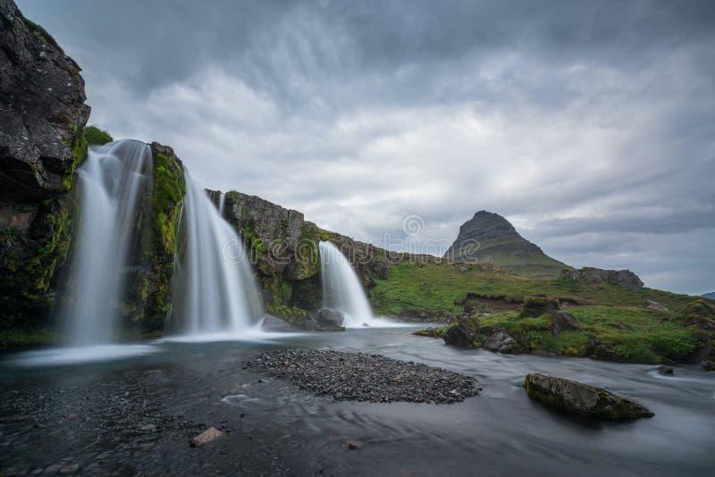 Kirkjufellfoss em um dia nebuloso imagem de stock
