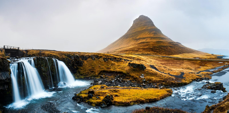 Kirkjufellsfoss waterfal in penisola di Snaefellsnes dell'Islanda fotografie stock