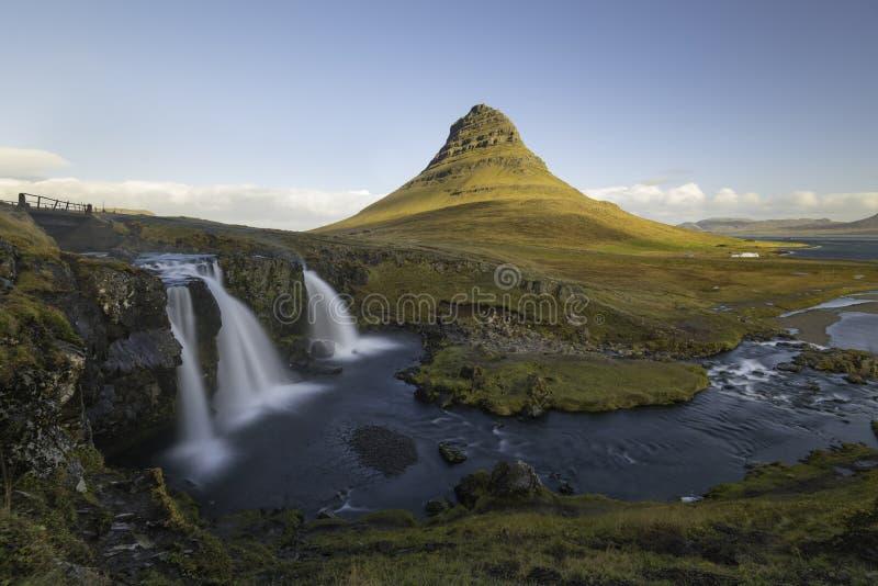 Kirkjufellsfosswaterval met Kirkjufell-berg IJsland stock fotografie