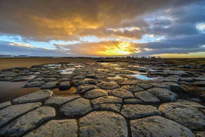 Kirkjugolf (kyrkligt golv) på soluppgång, Island royaltyfria bilder