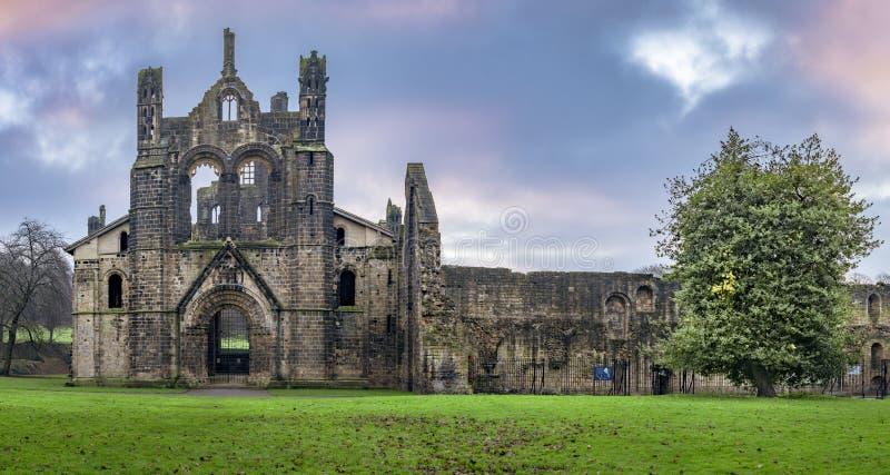 Kirkstall Abbey vroeg in de ochtend stock foto's