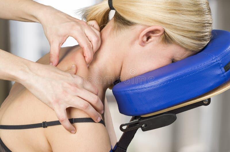 Kiropraktor fysioterapeut som ger en tillbaka massage till en kvinna p arkivfoto
