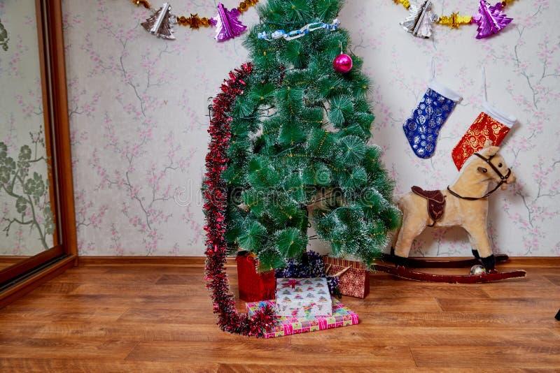 Kirov, Ρωσία - 17 Δεκεμβρίου 2018: Όμορφο χριστουγεννιάτικο δέντρο στο καθιστικό που διακοσμείται για τα Χριστούγεννα Θέση για το στοκ φωτογραφίες