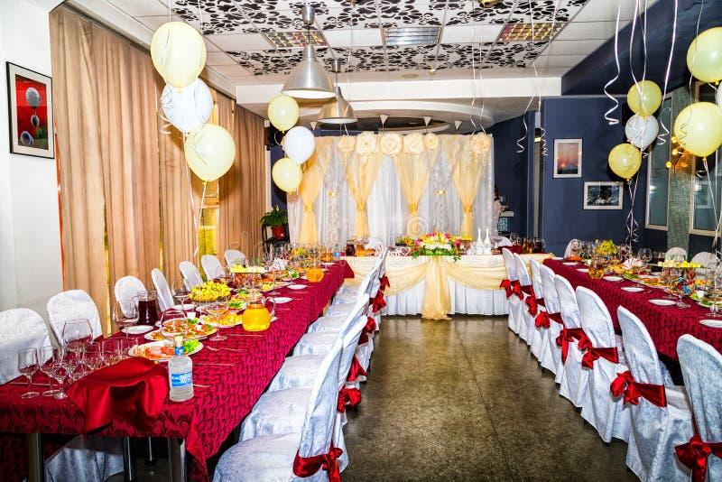 Kirov, Россия - 27-ое июля 2018: Таблица служила для особенного случая Элегантный обеденный стол свадьбы стоковая фотография