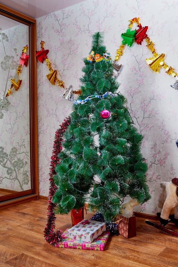 Kirov, Rusland - December 17, 2018: Mooie Kerstboom in woonkamer die voor Kerstmis wordt verfraaid Plaats voor photoshoot royalty-vrije stock afbeelding
