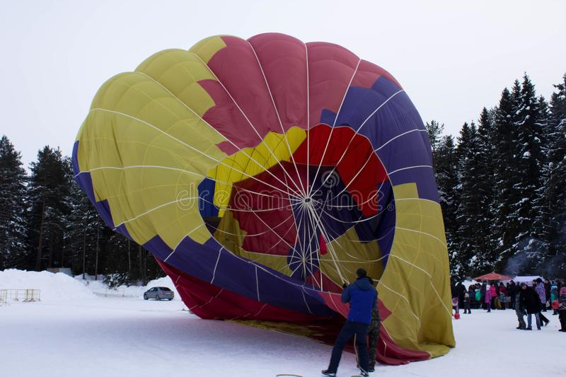 KIROV, RUSLAND-FEBRARY 18, 2018: de viering van Maslenitsa-vakantie, arbeiders vouwt de ballon stock afbeelding