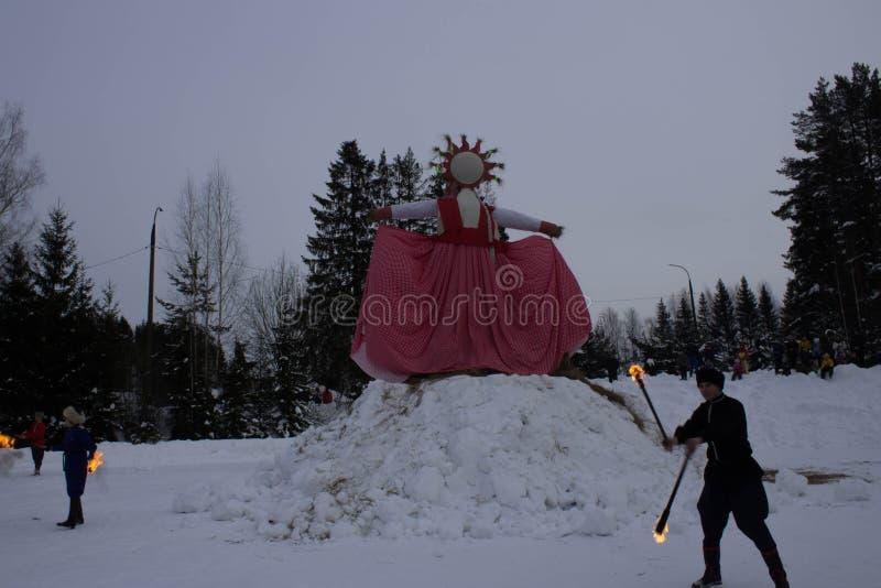 KIROV, RUSLAND-FEBRARY 18, 2018: viering van Maslenitsa-gesymboliseerd het strobeeltenis van de vakantiebrandwond de winter stock foto's