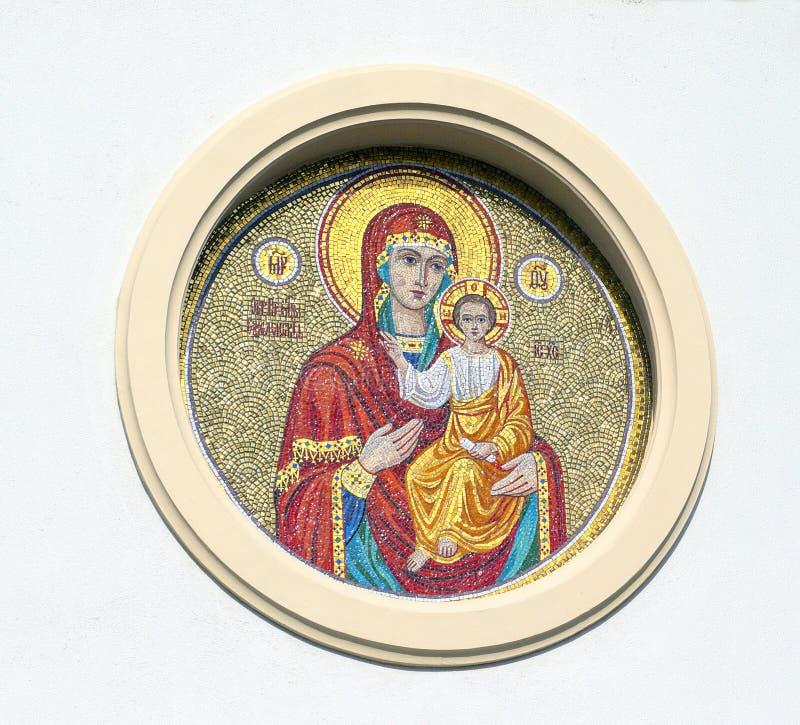 Kirovograd, Ucrânia 2 de maio - 2016 Mãe do deus, com o nimbus em sua cabeça, bebê Jesus em seus braços imagem de stock royalty free