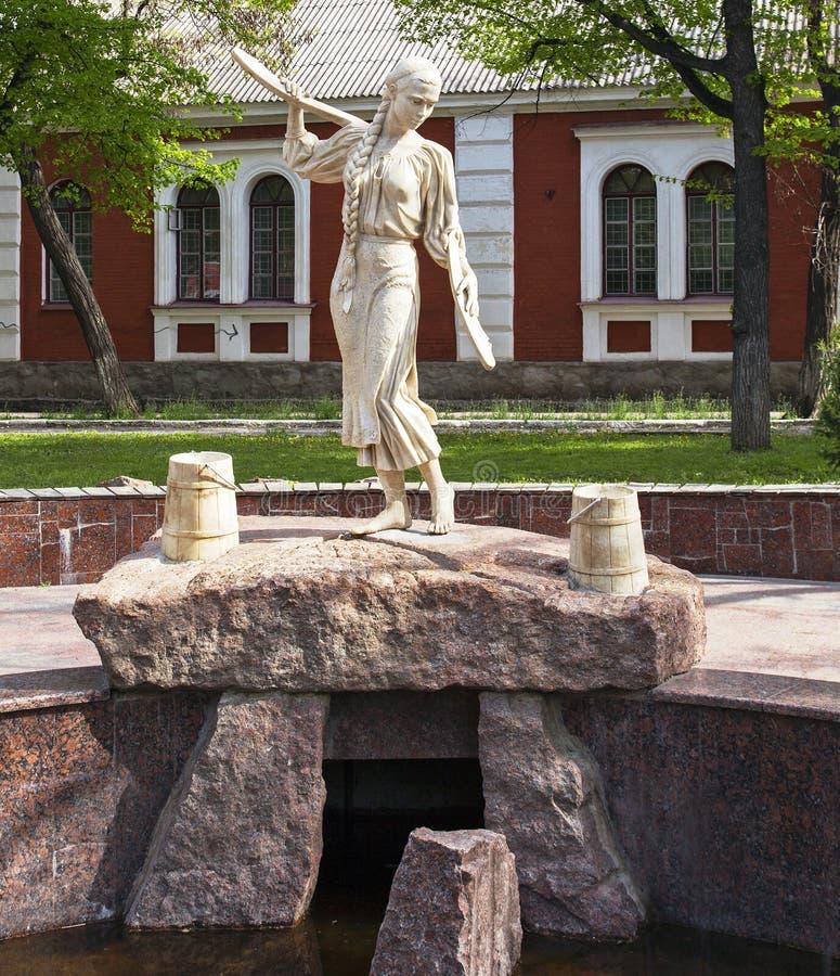 Kirovograd, Ucraina 2 maggio - 2016 Statua Natalka Poltavka Ragazza con un giogo immagini stock libere da diritti
