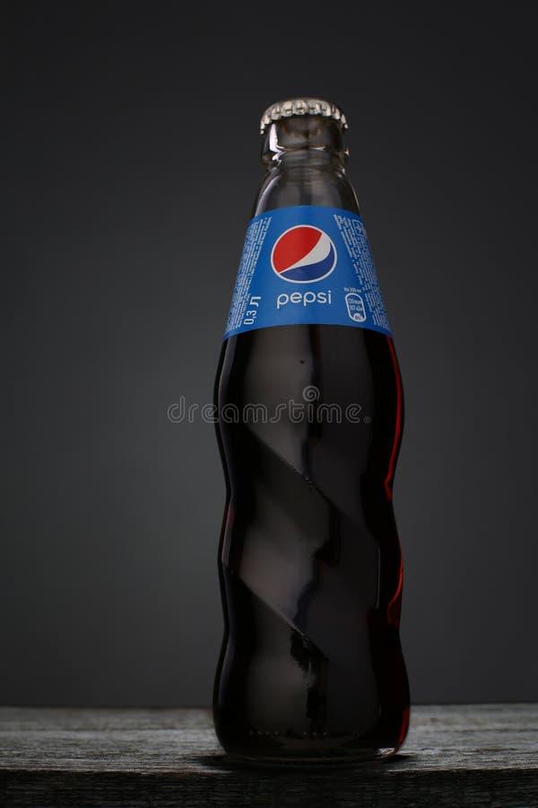 KIROVOGRAD, UKRAINE - 10 mai 2018 : bouteille en verre de 300ml Pepsi dessus image libre de droits
