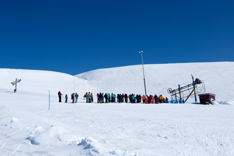 KIROVSK,俄罗斯- 4月  2017年:来的滑雪者和挡雪板 免版税图库摄影